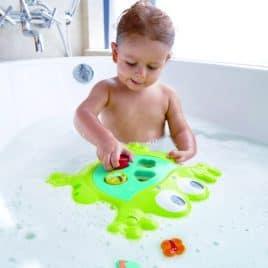 spelend kind kikker badspeelgoed vormenstoof Hape